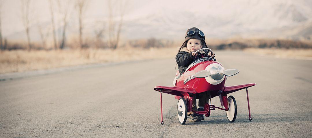 Bebé num avião de brincar