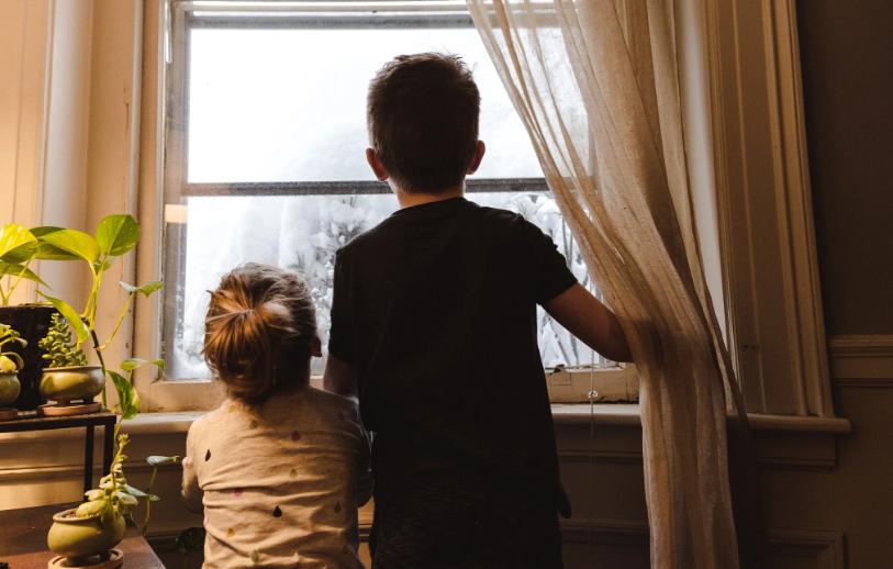 Crianças a olhar pela janela