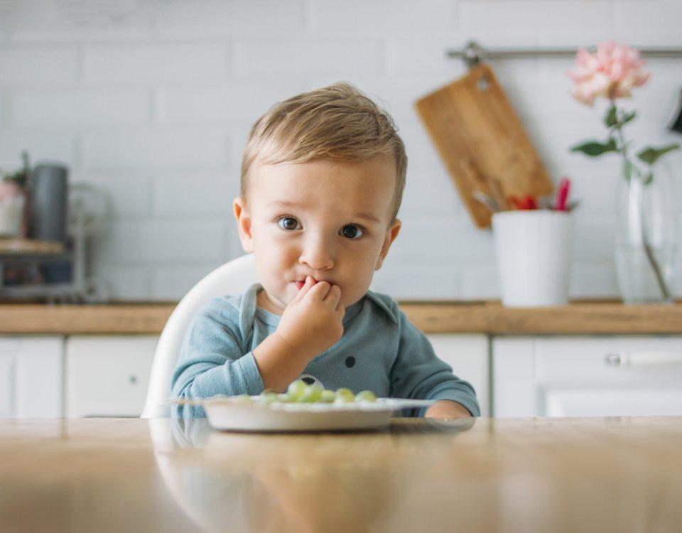 Criança a comer
