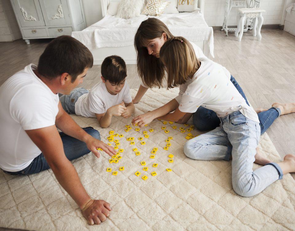 Família reunida a jogar