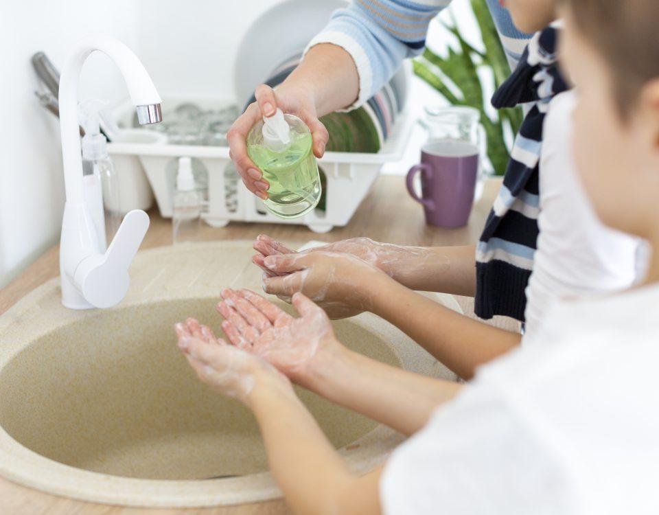 Crianças a lavar as mãos