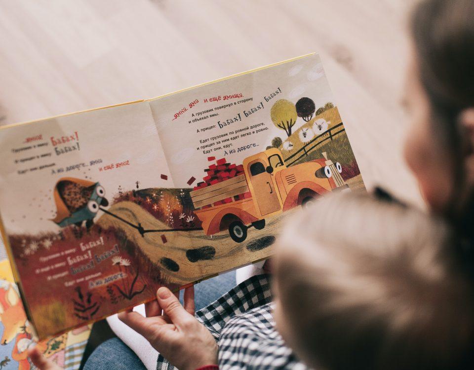 Mãe e filho a lerem