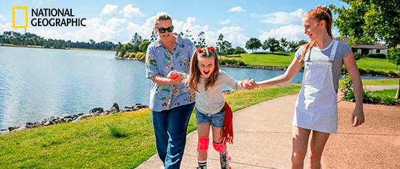 Criança a andar de patins em família
