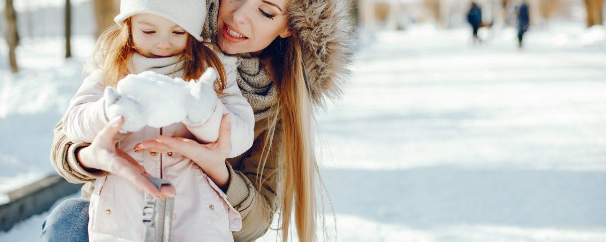 Mãe e filha na neve