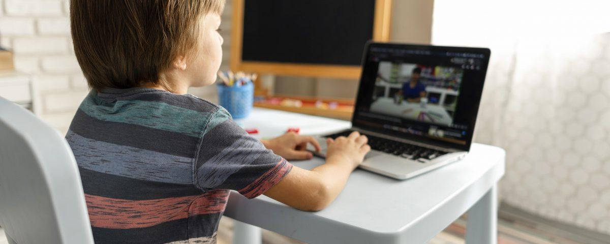 Criança em aulas virtuais