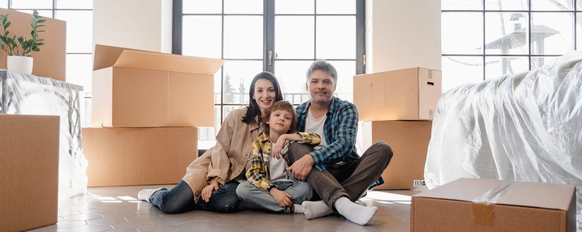 Pais a fazer a mudança de casa com os filhos